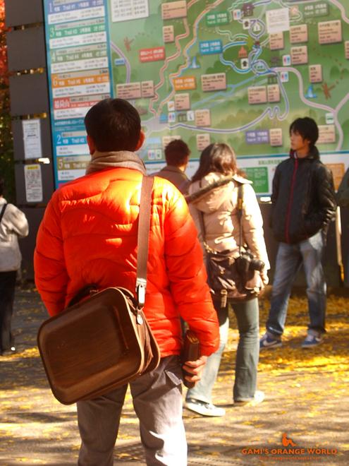 0384オレンジのダウンジャケットを着る近藤芳正さん.jpg