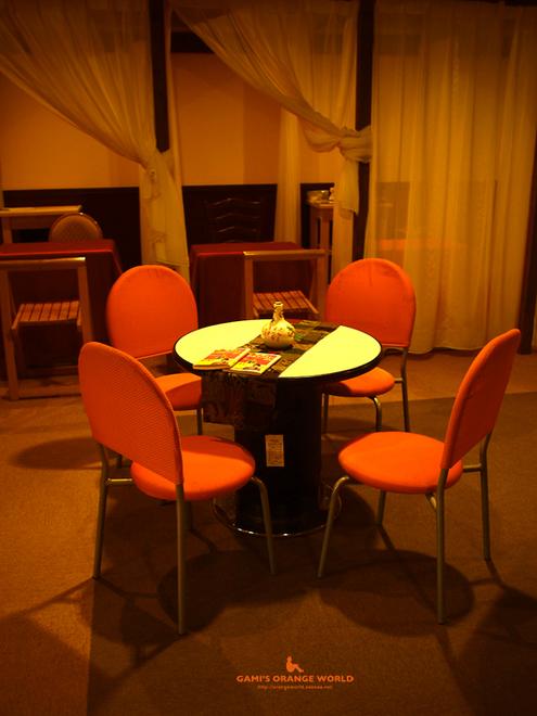 0391KAMOME CAFEオレンジの椅子.jpg