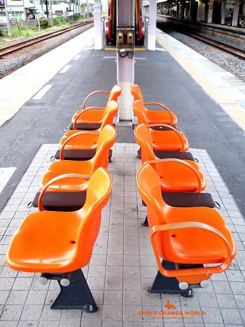 0411鴻巣駅のベンチ1.jpg