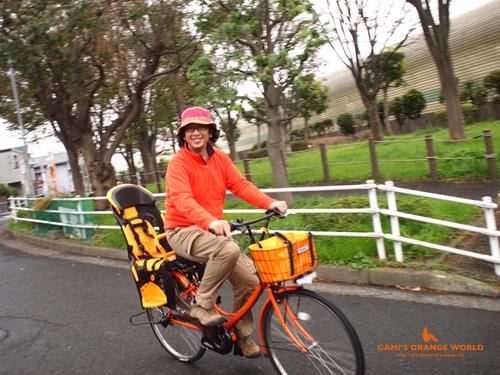 0439オレンジ電動自転車に乗る私2.jpg