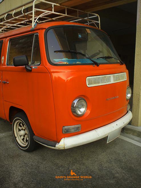 0515オレンジのフォルクスワーゲンピックアップトラック1.jpg