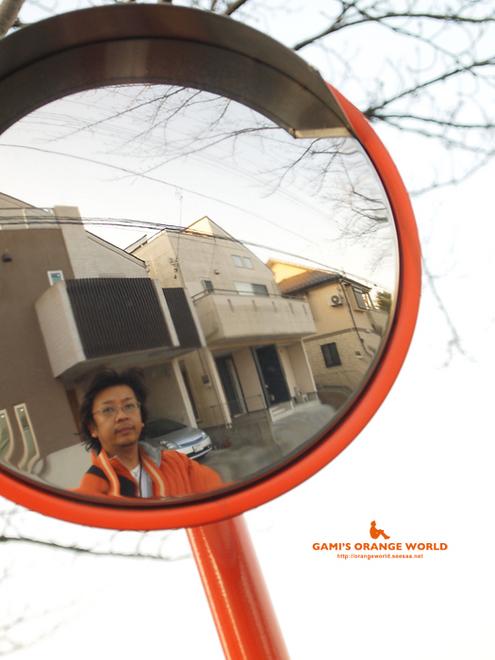 オレンジのカーブミラーと私.jpg