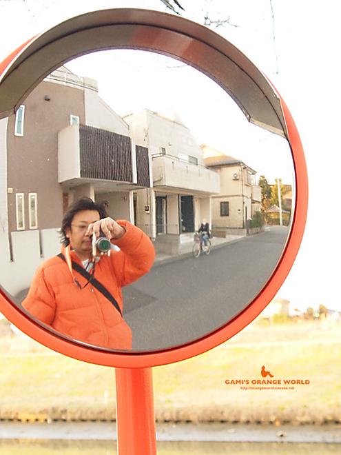 オレンジのカーブミラーと私2.jpg