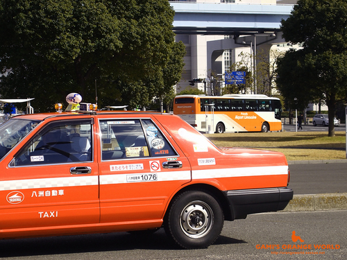 オレンジのタクシーとオレンジのバス.jpg