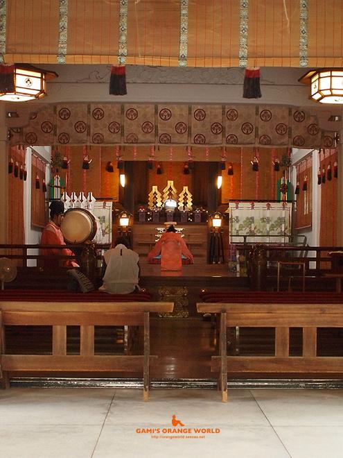0367久伊豆神社の神主さんの狩衣2.jpg