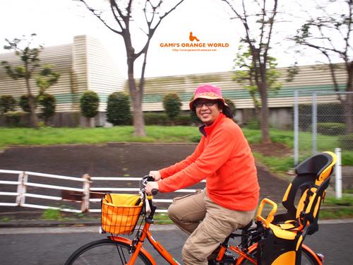0439オレンジ電動自転車に乗る私1.jpg