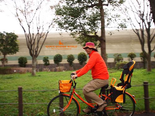 0439オレンジ電動自転車に乗る私3.jpg