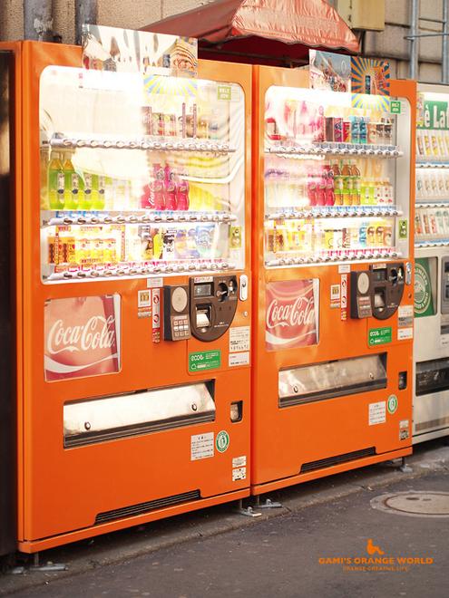 0492オレンジの自動販売機.jpg