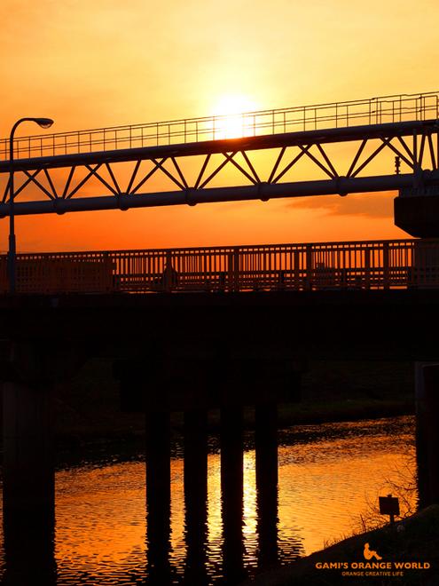 0550オレンジの橋と河2.jpg