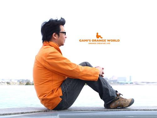 0573「オレンジの世界」ロゴポーズ.jpg