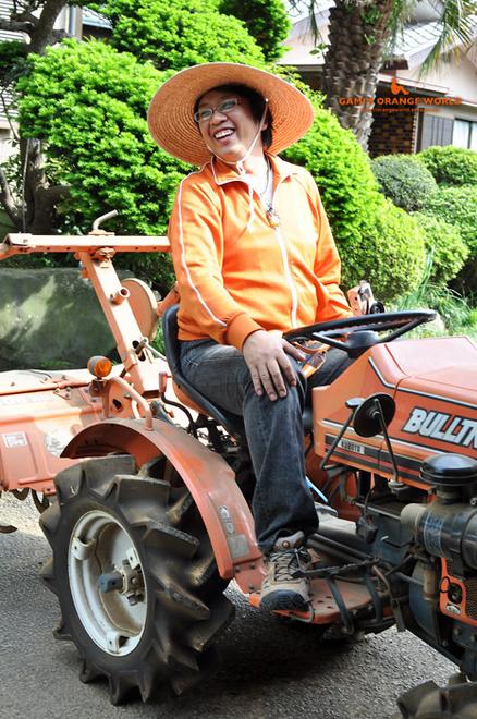 オレンジのトラクターと私2.jpg