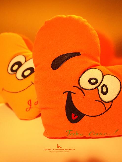 オレンジハートのクッション.jpg