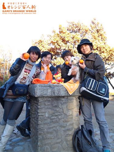 高尾山頂上のオレンジな人々.jpg